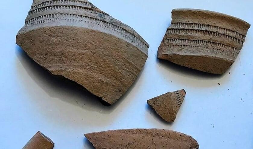 Gevonden Merovingisch aardewerk met radversiering.
