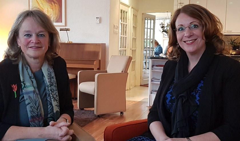 Burgemeester Carla Breuer (r) is samen met haar Lissese collega Lies Spruit te gast bij het Adamas Inloophuis.