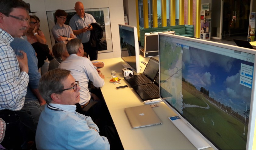 Een eerdere inloopavond. Op de computer konden bezoekers kijken of de windmolens vanuit een bepaald adres te zien zijn. | Archieffoto Marieke Voorn