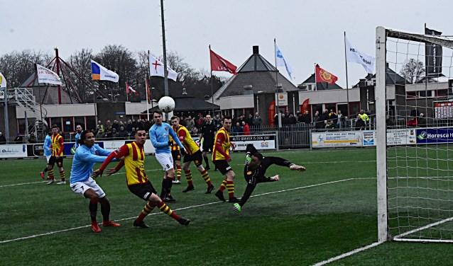 Met deze redding voorkomt doelman Beckers een vroege Katwijkse treffer. | Foto: PR