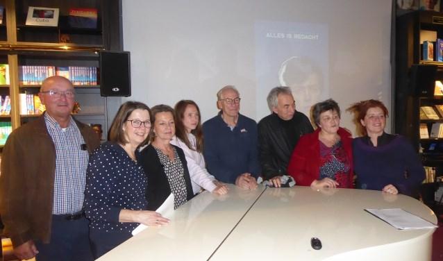 Herma van Piekeren met de coördinatoren van kunstklank. | Foto: Ina Verblaauw