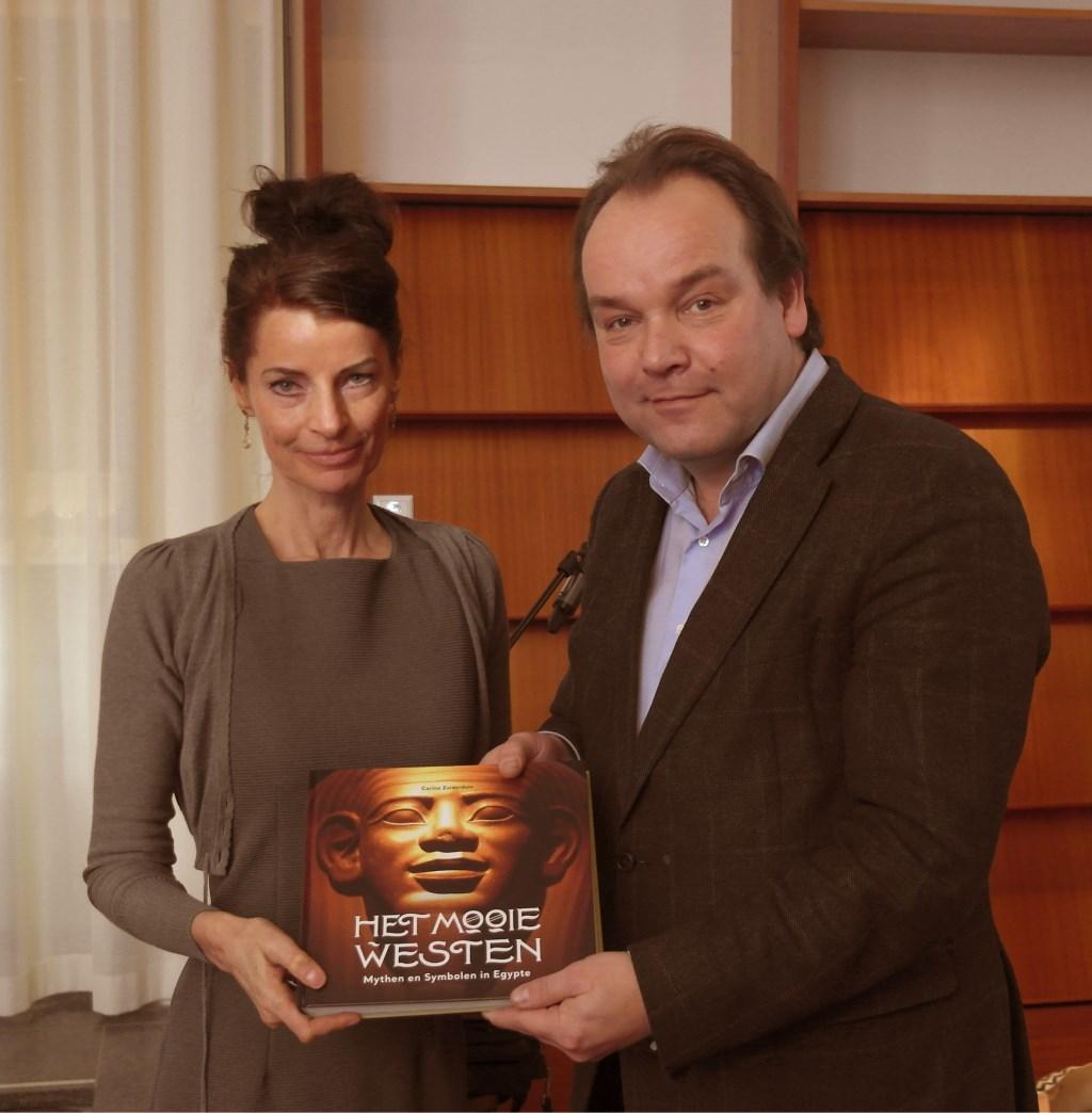 Kunsthistorica Corina Zuiderduin overhandigde vrijdag 15 februari het boek 'Het Mooie Westen, mythen en symbolen in Egypte' aan Wim Weijland, directeur van Rijksmuseum van Oudheden.
