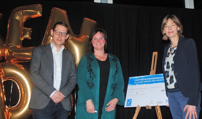 Ondertekening van het convenant. Vlnr Bart de Wolf (KWF), Angelique Beekhuizen (wethouder Leiderdorp) en Marka Bordewijk (GGD) | foto Nelleke Thissen