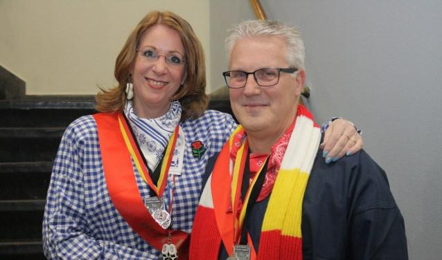 Boerenbruidspaar Trude van Teylingen (burgemeester Carla breuer) en haar Geert Geesing (Erwin Koenen) bij de ondertrouw.