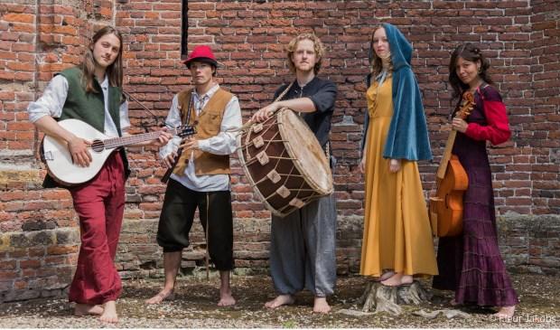 Imbue, een jonge energieke folkband die historische muziek maakt.