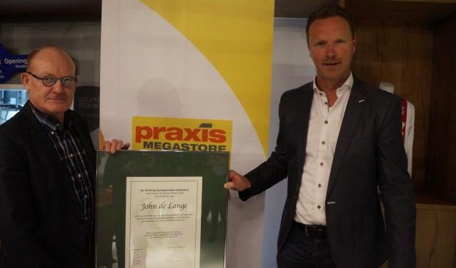 Marco Schraver (r) van Mega Praxis Leiderdorp reikte de Zilveren Promo uit.  Foto: FB