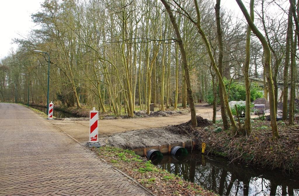 Via de Kwaaklaan is middels een dam een extra uitgang gecreëerd. | Foto Willemien Timmers Foto:  © uitgeverij Verhagen