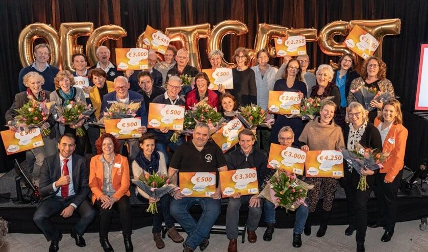 De ontvangers van de Rabobank Wensencheques op het podium in het Dorpscentrum. | Foto Wil van Elk