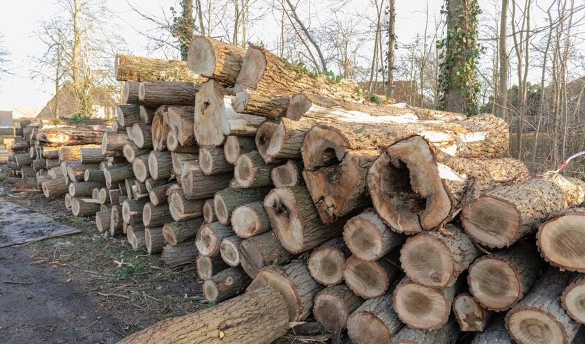 Een flinke stapel pallethout ligt klaar aan de Haarlemmerstraatweg.   Foto Wil van Elk