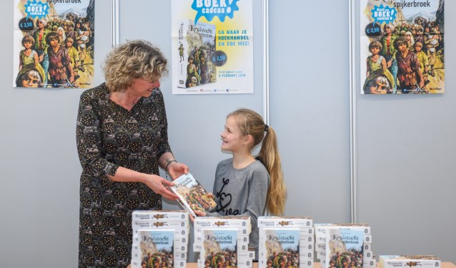 Wethouder Corien van Starkenburg overhandigt het eerste boek aan Noa. | Foto: pr