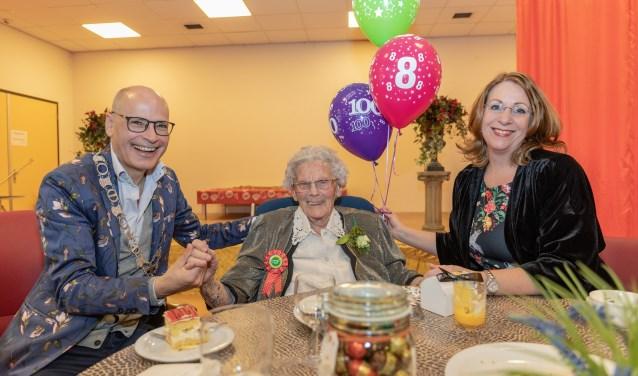 Mevrouw Keijzer 108 jaar en twee burgemeesters op bezoek.