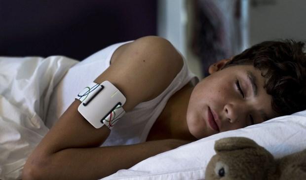 De Nightwatch die aanvallen van epilepsie kan herkennen en dan een waarschuwing uitstuurt, wordt als een armband gedragen.