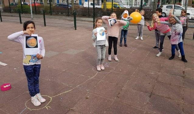 Leerlingen van de Dubbelburg tijdens een buitenlesdag.