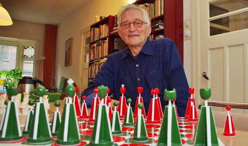 Jan de Visser bij een eerder door hem gemaakt schaakspel. | Foto Willemien Timmers