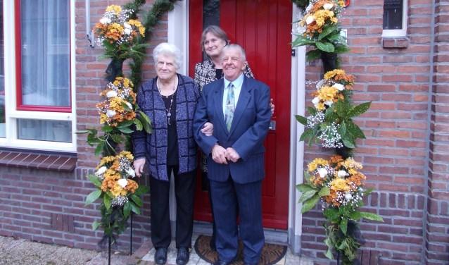 Kees en Tiny de Kan-Uitendaal met burgemeester Jon Hermans- Vloedbled. | Foto: Piet de Boer.