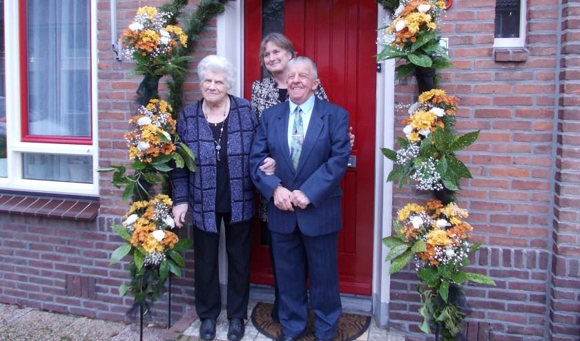 Kees en Tiny de Kan-Uitendaal met burgemeester Jon Hermans- Vloedbled.   Foto: Piet de Boer.