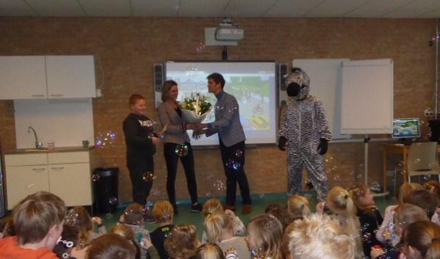 De Schapendel kreeg van wethouder Ter Hark de erkenning School op Seef. | Foto: Ina Verblaauw