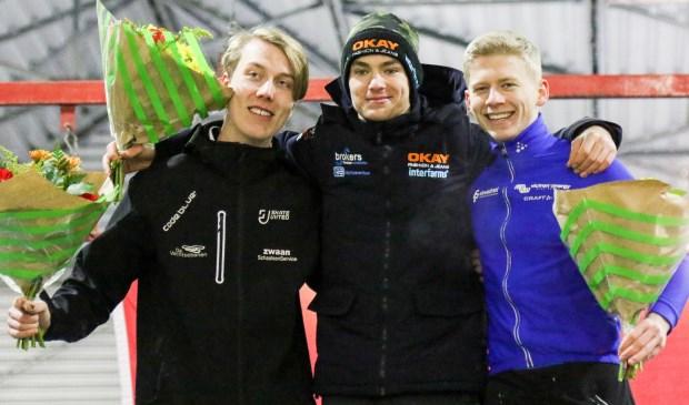 Yves Vergeer als winnaar op het podium, met naast hem Teun de Wit (links) en Harm Visser (rechts).