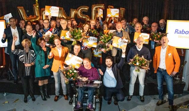 Alle blije ontvangers van de toegekende cheques | foto PR