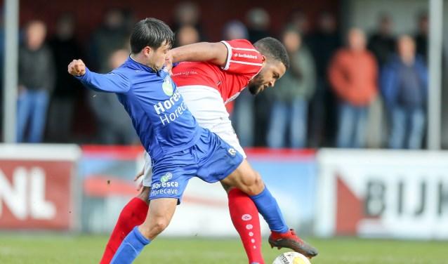 Thomas Reynaers en Iloba Achuna vechten om de bal. | Foto: OrangePictures