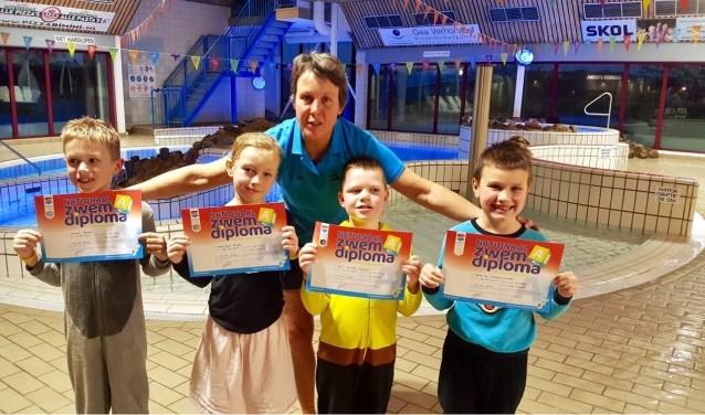 Jack, Jayson, Guus en Cathelijne met hun zwemdiploma A.   Foto: pr.