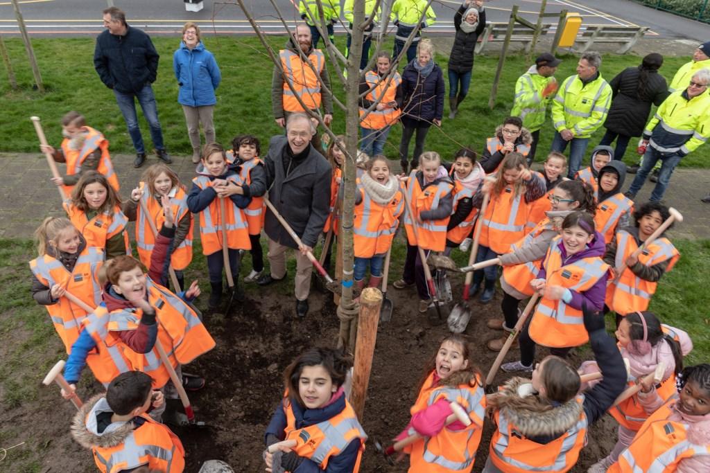 Thema van boomfeestdag is 'ieder kind een boom' en Oegstgeest deed daar aan mee. | Foto Wil van Elk Foto: Wil van Elk © uitgeverij Verhagen