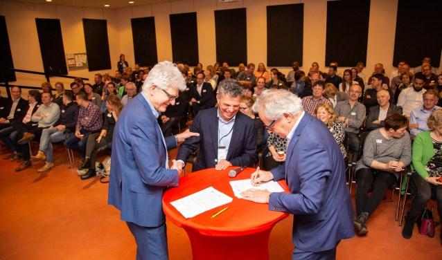 De bestuurders Hans Al (Stek), Willem van Duijn (NWS) en Peter Pinkhaar (Vooruitgang) ondertekenen de intentieovereenkomst voor de fusie.