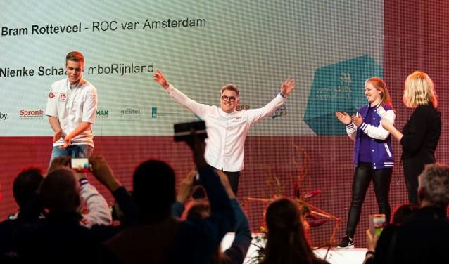 Student Bas juicht wanneer hij hoort dat hij opnieuw Nederlands kampioen patissier is geworden.