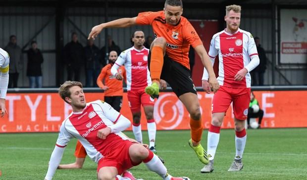 Marciano van Leijenhorst van IJsselmeervogels in duel met Marciano Mengerink. | Foto: OrangePictures
