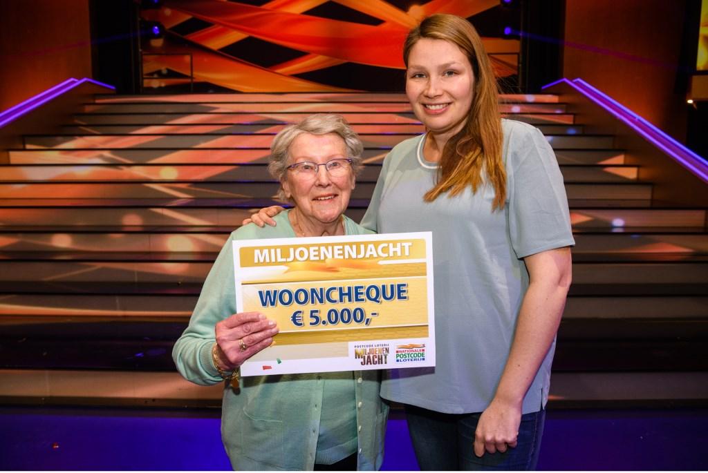 Marie (links) won wooncheque van 5.000 euro bij Postcode Loterij Miljoenenjacht (samen met kleindochter). | Foto Roy Beusker Fotografie Foto: PR © uitgeverij Verhagen