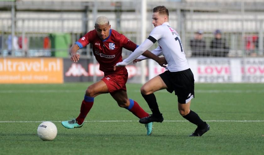 Chima Bosman van Quick Boys in duel met Fabian Korporaal van ASWH | Foto: Orange Pictures