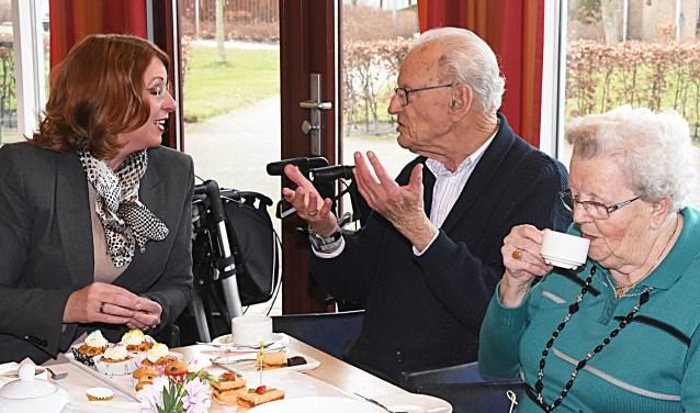 Burgemeester Carla Breuer in gesprek tijdens NLdoet.