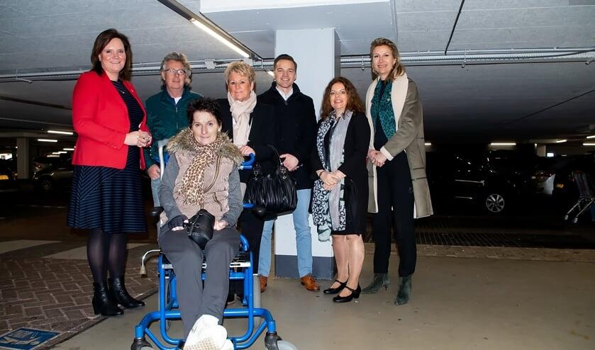 V.l.n.r. wethouder Angelique Beekhuizen, Marten Brederode namens de winkeliers, Mariëlle en Annelies Hoedt, Rik Jansen van Wereldhave. Mariette Meulman en Kim de Munnik van Wereldhave.
