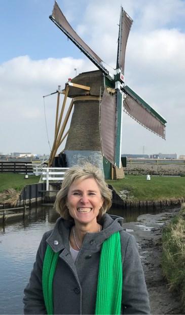 Carla Hilverda bij de molen 'Hoop doet Leven'.