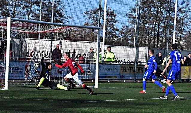 Roy van Leeuwen scoort de 1-0 . Doelman van Tienen is kansloos.   Foto: PR