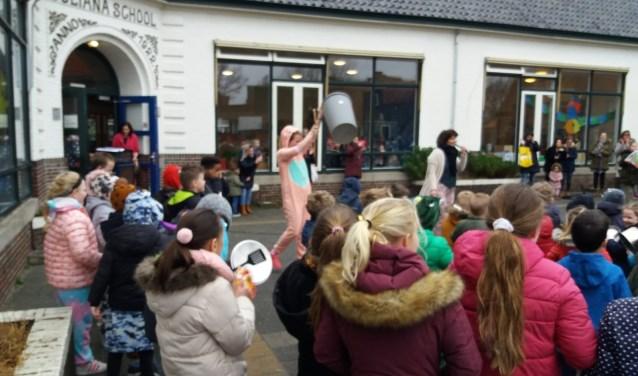 Op de Kon. Emmaschool werd vrijdag niet gestaakt, maar een ludieke actie gehouden.