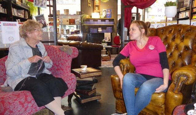 Aanstaande moeder Nadine Mussert op consult bij oma Ger Baalbergen. | Foto: Ina Verblaauw