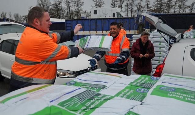 Bij de milieustraat kunnen per huishouden gratis vier zakken compost worden opgehaald.