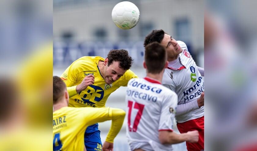 Kopduel tussen David Verweij van FC Lisse en Emiel Wendt van V.v. Noordwijk. | Foto: OrangePictures