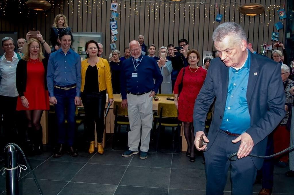 Wethouder Daan Binnendijk opent de tentoonstelling met het doorknippen van een Merovingisch lint. Foto: J.P. Kranenburg  © uitgeverij Verhagen