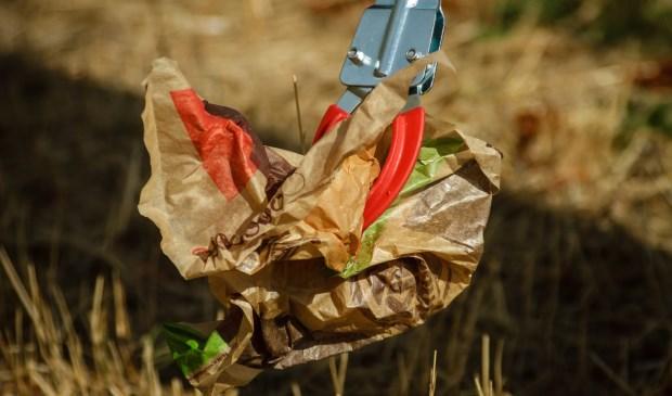 Met een grijper kan iedereen zwerfafval te lijf gaan. En dat hoeft niet alleen op de Landelijke Opschoondag. Dat kan altijd. Nog beter: gooi je afval eens in een prullenbak.