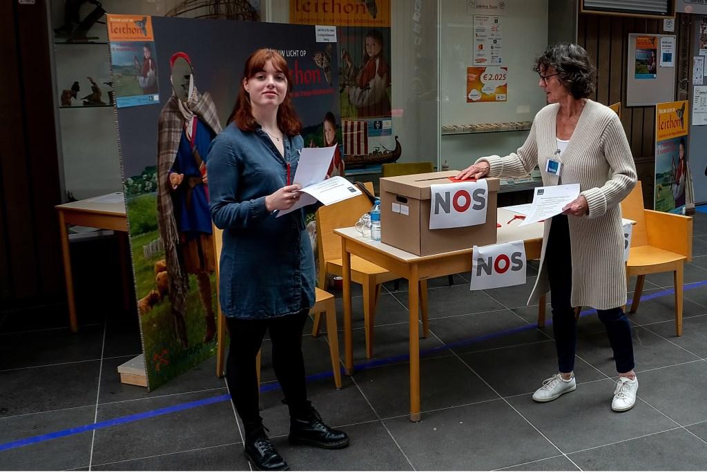 Tegenover de bibliotheek was een tafel opgezet waar het onderzoeksbureau Ipsos een verkiezingsonderzoek deed voor de NOS.   Foto: J.P. Kranenburg © uitgeverij Verhagen