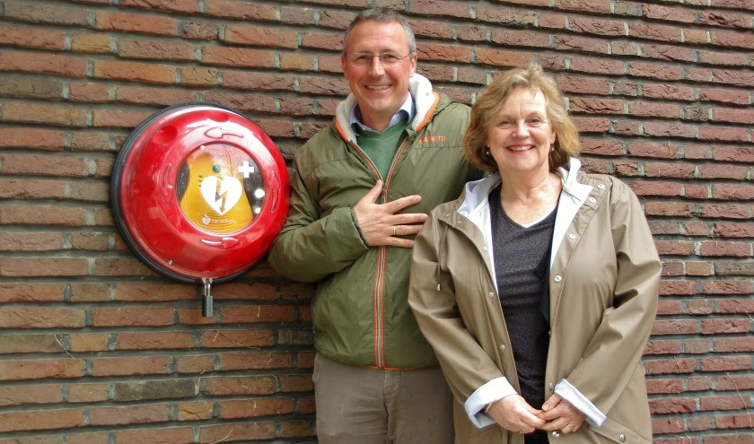 Dirk Jan de Ruijter en Fieke Sjoukes bij de AED aan de buitenkant van de Regenboogkerk in de Mauritslaan. | Foto Willemien Timmers