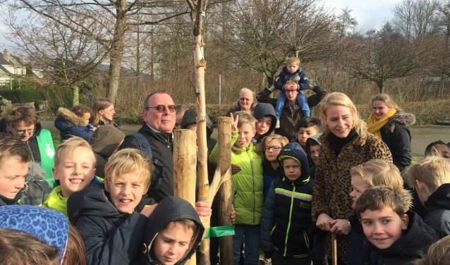 Onder toeziend oog van Nico Sluijmer plantten Van der Laan en de leerlingen 18 bomen.