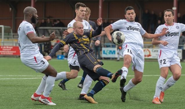 Bob den Hollander wordt belaagd door vier verdedigers. | Foto Lichtenbeldfoto.nl