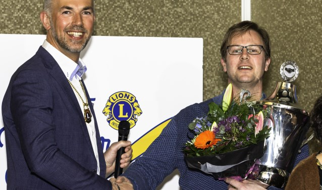 Voorzitter Alex Omtzigt feliciteert Ronald van Ruiten met de winst van zijn team.   Foto: pr./Frans Eijck