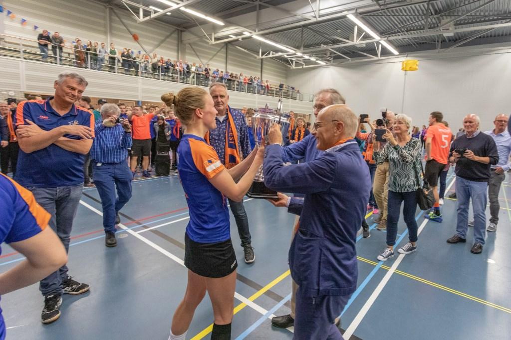 Ontlading in de zaal en felicitaties van burgemeester en wethouder.   Foto Wil van Elk Foto: Wil van Elk © uitgeverij Verhagen