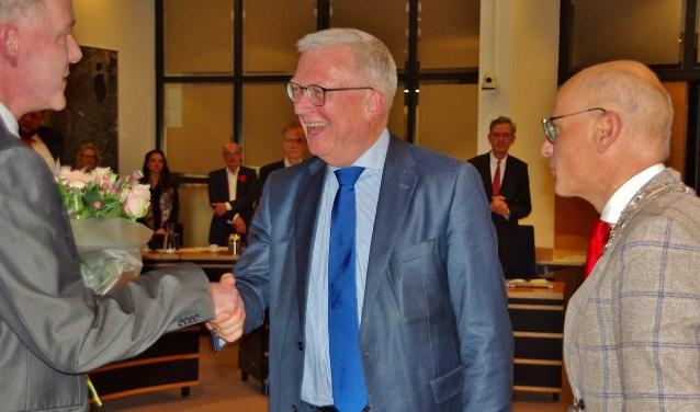 Peter Glasbeek (midden) wordt gefeliciteerd door griffier Fred Kromhout en burgemeester Emile Jaensch. | Foto's Willemien Timmers