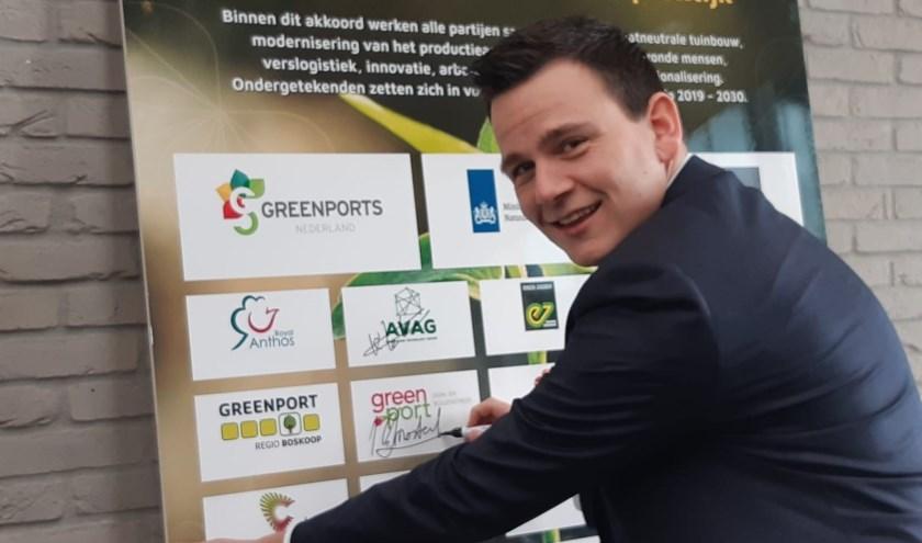 Wethouder Gerard Mostert (Katwijk) zet zijn handtekening namens Greenport Duin- en Bollenstreek.   Foto: pr