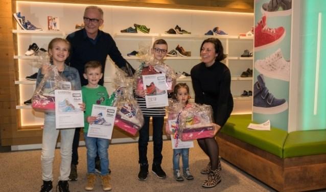 De prijswinnaars (vlnr): Nienke, Coert, Jelle en Emma met hun eigen schoenontwerp. | Foto met dank aan Debby Schouten.